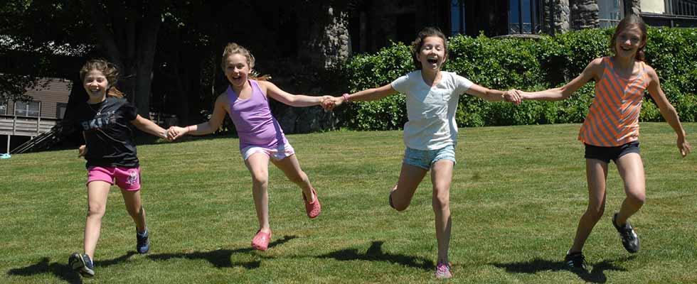 girls-summer-camp-friends
